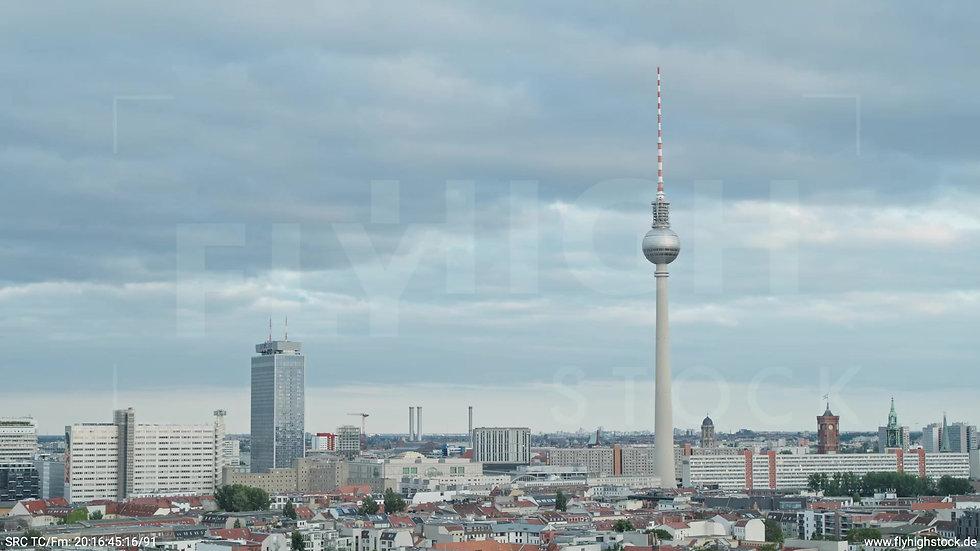 Berlin Volkspark am Weinberg Alexanderplatz Skyline Parallelflug abends