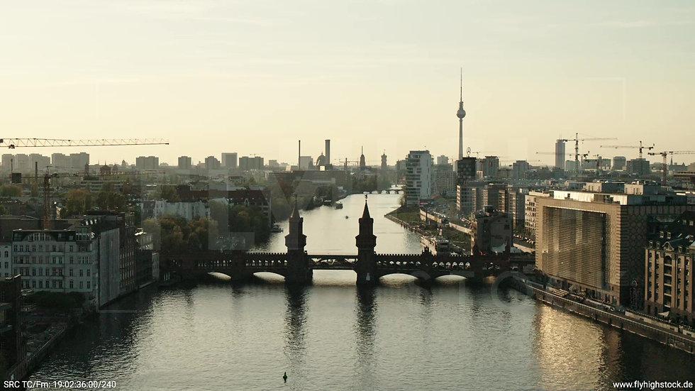 Berlin Oberbaumbrücke Skyline Zuflug abends