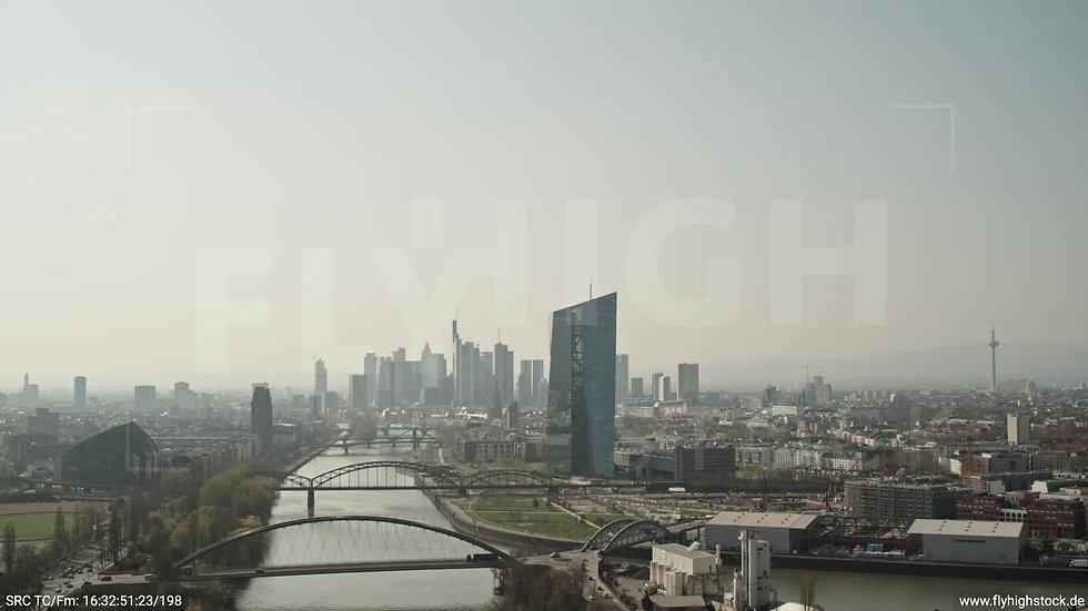 Frankfurt Osthafenbrücke Zuflug Skyline tagsüber 2