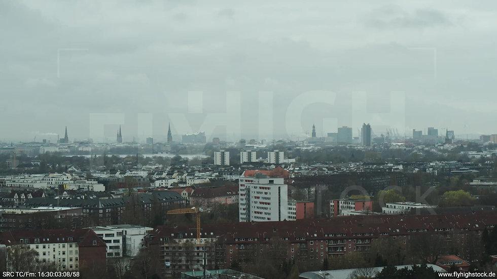 Hamburg Stadtpark Parallelflug Skyline tagsüber bewölkt Winter 2