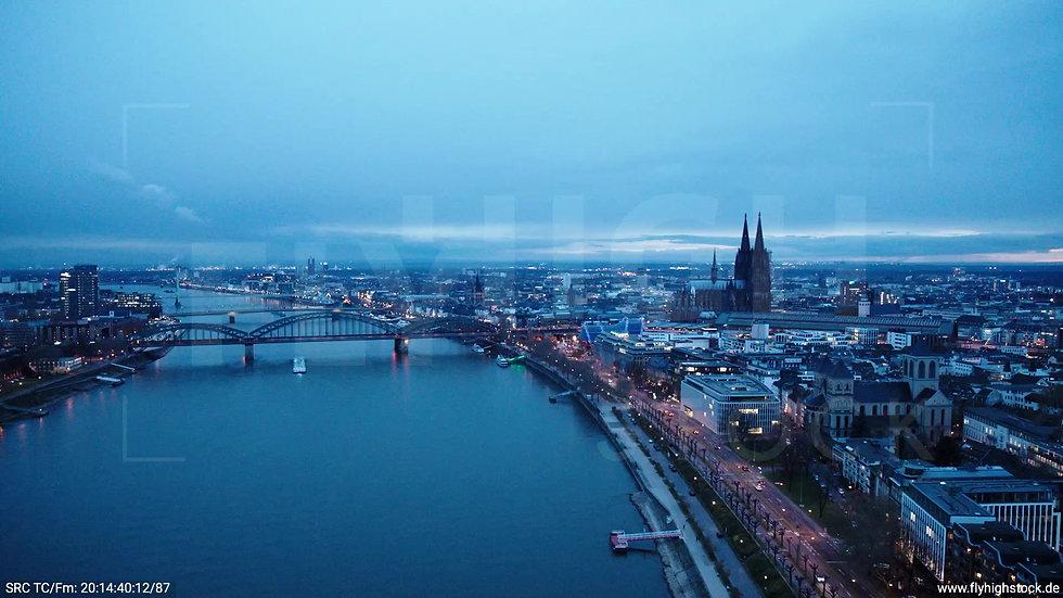 Köln Westufer Skyline Rückflug abends