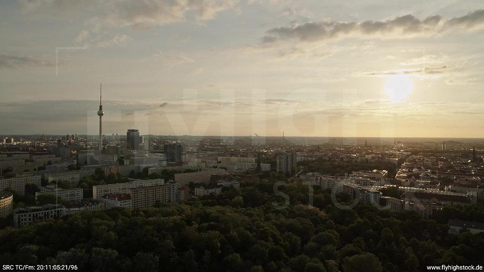 Berlin Volkspark Friedrichshain Alexanderplatz Skyline Zuflug abends