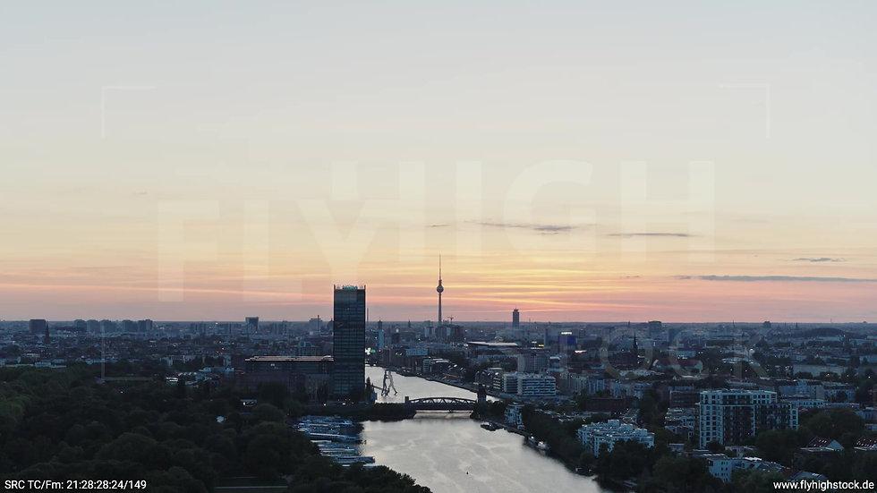 Berlin Treptower Park Skyline Zuflug abends 4