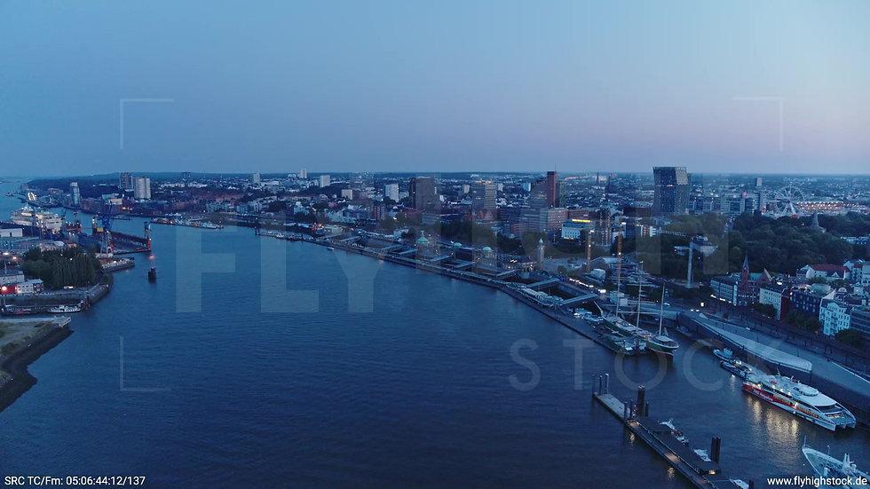 Hamburg Hafen Landungsbrücken Zuflug morgens