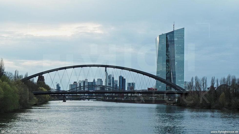 Frankfurt Osthafenbrücke Hub Skyline tagsüber 12