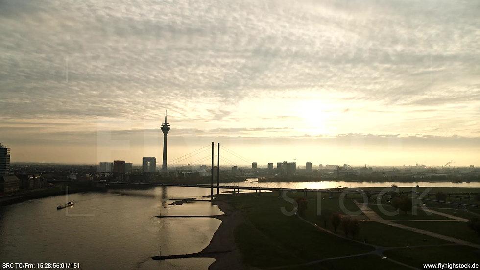 Düsseldorf Rheinkniebrücke Skyline tiefer Zuflug abends F008_C005