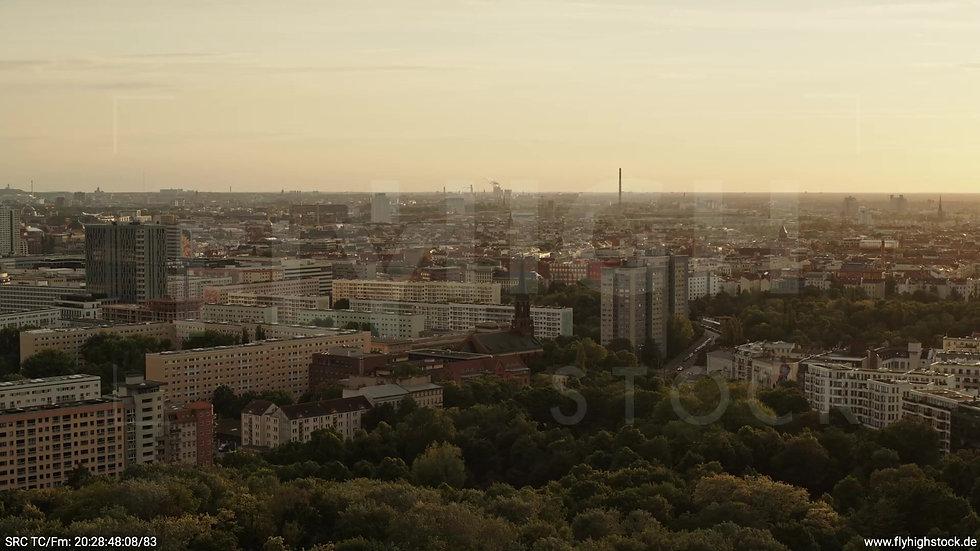 Berlin Volkspark Friedrichshain Skyline Zuflug nach unten abends