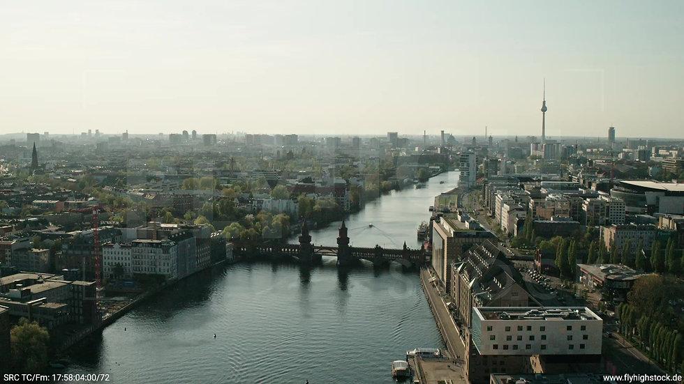 Berlin Oberbaumbrücke Skyline Zuflug nach unten tagsüber
