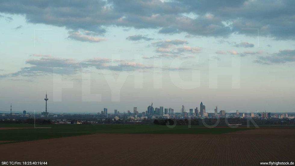 Frankfurt Skyline Zuflug abends 2