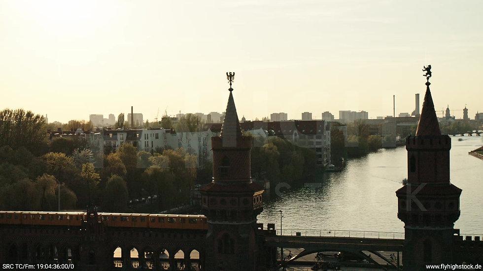 Berlin Oberbaumbrücke Skyline Parallelflug abends