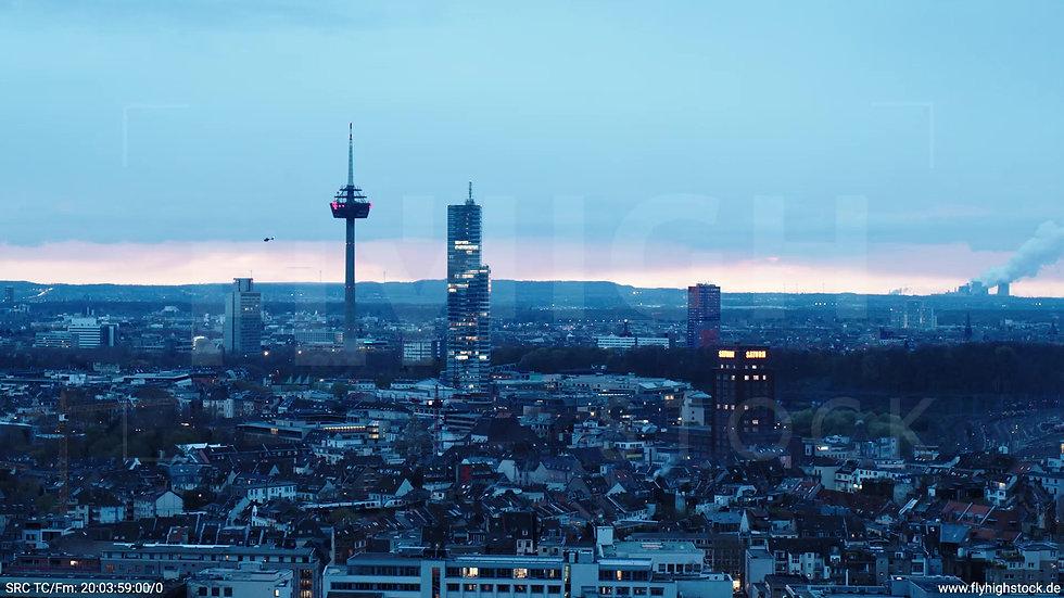 Köln Westufer Skyline Parallelflug nach unten abends
