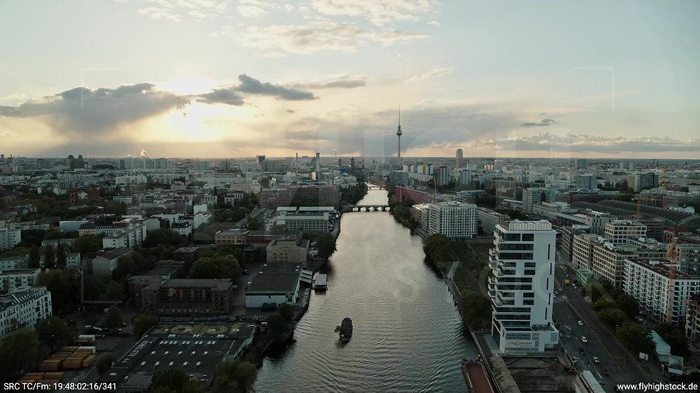 Berlin East Side Gallery Skyline Zuflug abends 2
