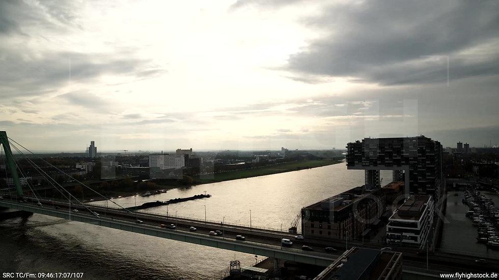Köln Rheinaufhafen Kranhäuser Zuflug nach unten tagsüber C022_C007