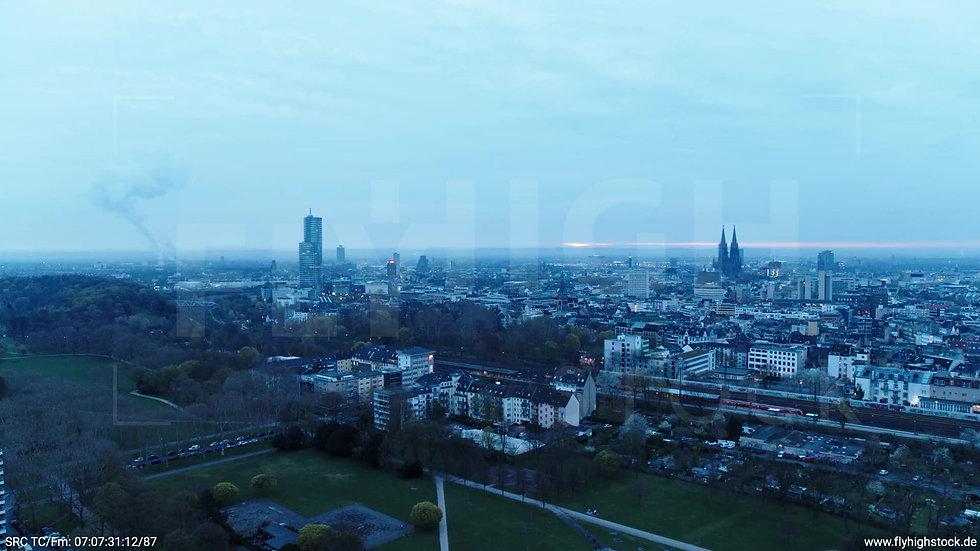 Köln Innerer Grüngürtel Dom Skyline Zuflug morgens 8