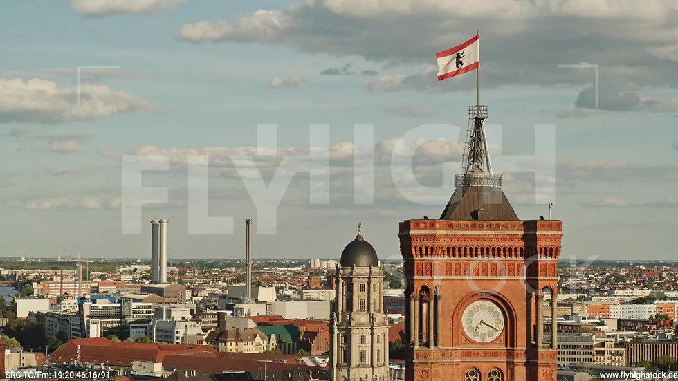 Berlin Neptunbrunnen Rotes Rathaus tiefer Parallelflug abends D042_C004