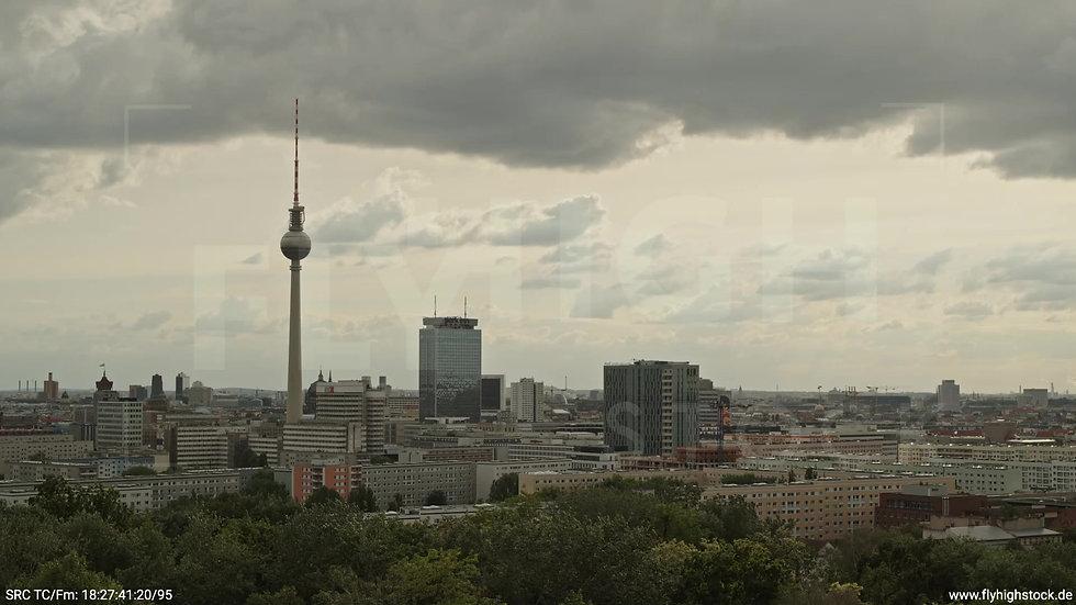 Berlin Volkspark Friedrichshain Alexanderplatz Skyline Parallelflug tagsüber