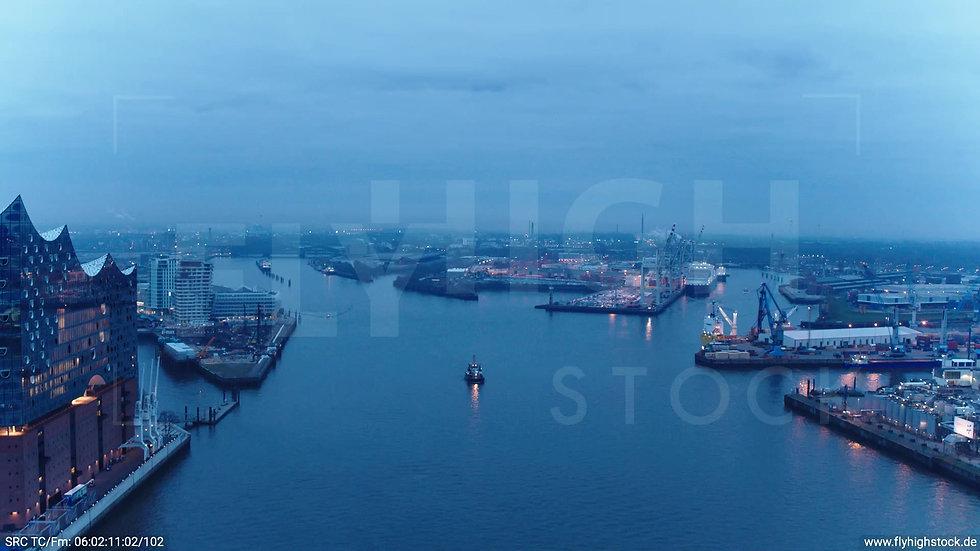 Hamburg Hafen Parallelflug über Elbe morgens