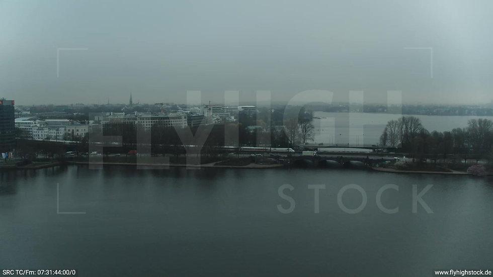 Hamburg Innenalster Zuflug Kennedybrücke mit ICE morgens bewölkt Winter