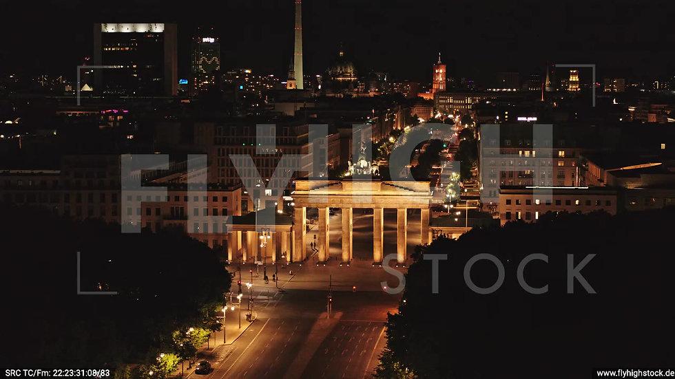 Berlin Tiergarten Brandenburger Tor Rückflug nach oben nachts D044_C005