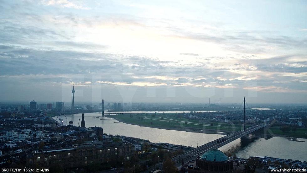 Düsseldorf Hofgarten Rheinturm Skyline Zuflug abends F009_C004