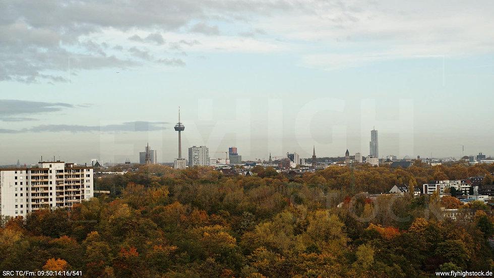 Köln Vorgebirgspark Skyline Parallelflug nach oben tagsüber C027_C007