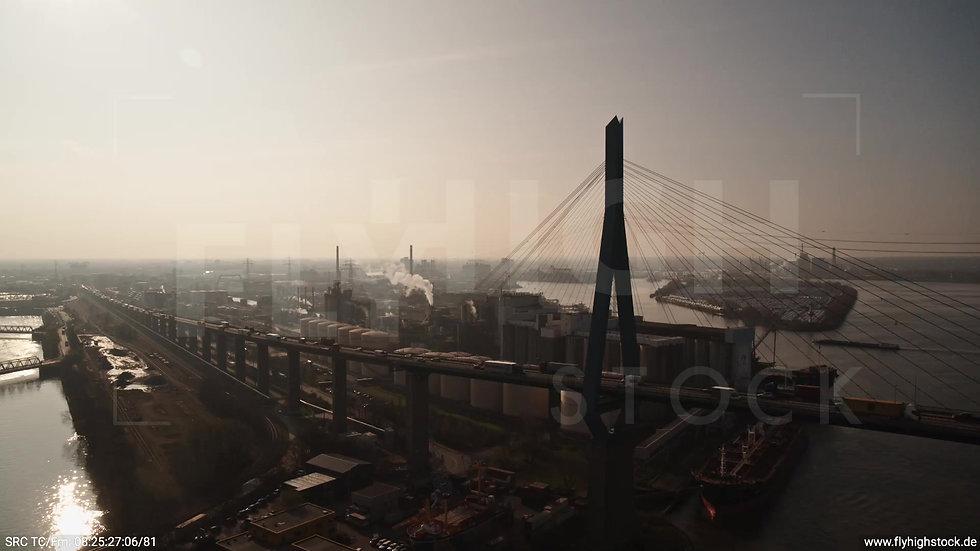 Hamburg Hafen Parallelflug Köhlbrandbrücke morgens 2