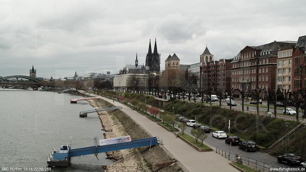 Köln Westufer Skyline Rückflug nach oben tagsüber