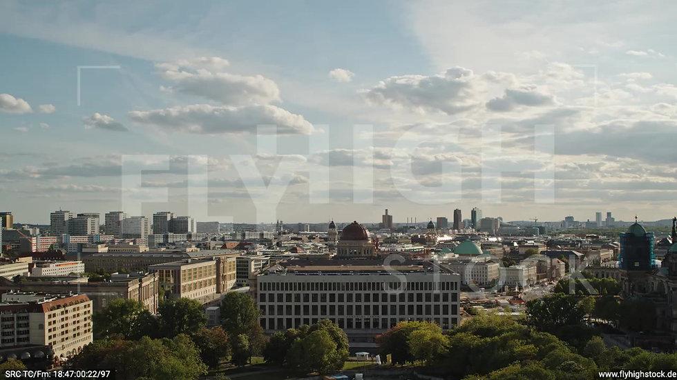 Berlin Neptunbrunnen Berliner Schloss tiefer Zuflug abends D041_C015