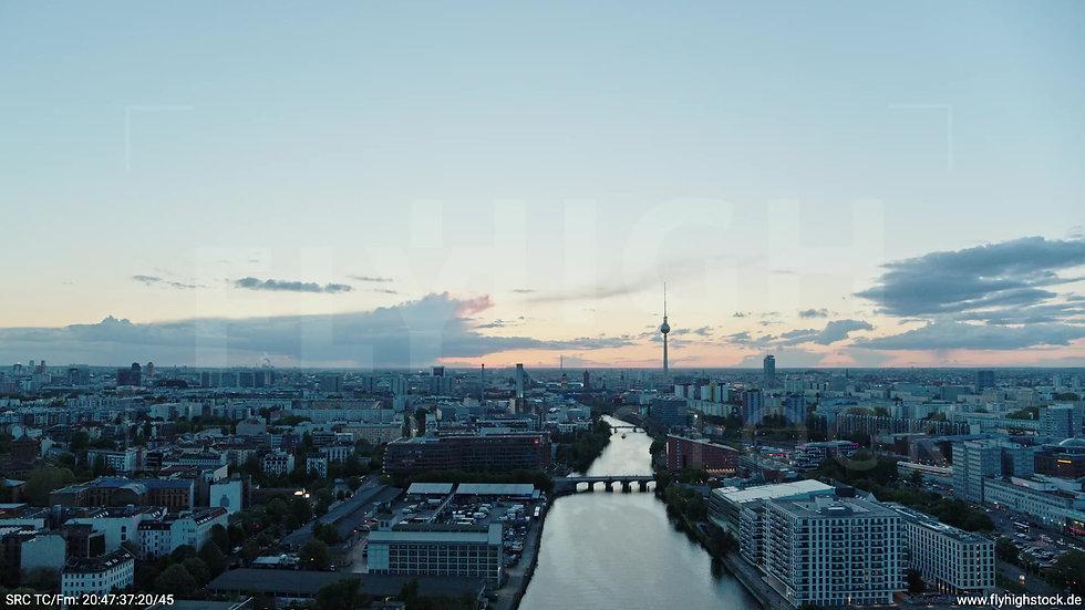 Berlin East Side Gallery Skyline Rückflug nach unten abends