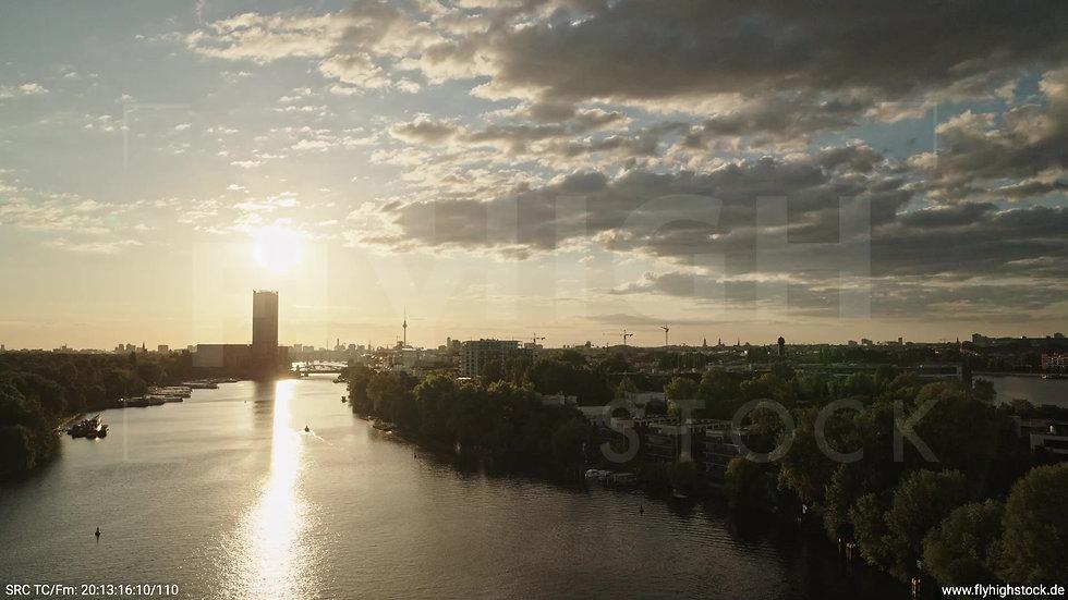 Berlin Treptower Park Skyline tiefer Rückflug abends