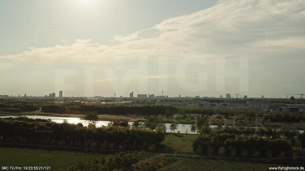 München Riemer Park Skyline tiefer Zuflug abends