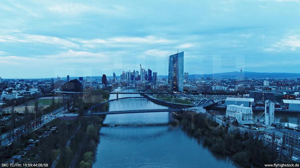 Frankfurt Osthafenbrücke Zuflug Skyline abends 21