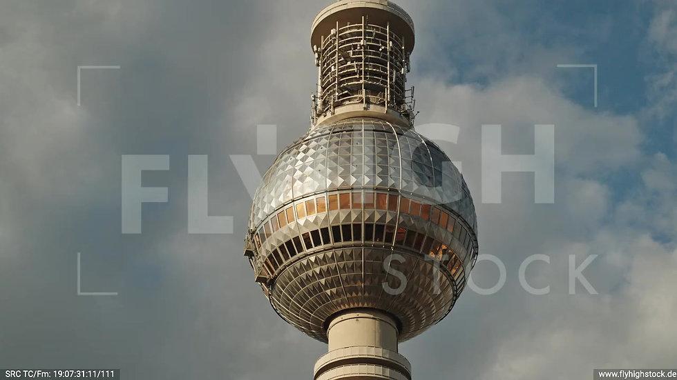 Berlin Neptunbrunnen Fernsehturm Parallelflug abends D041_C021