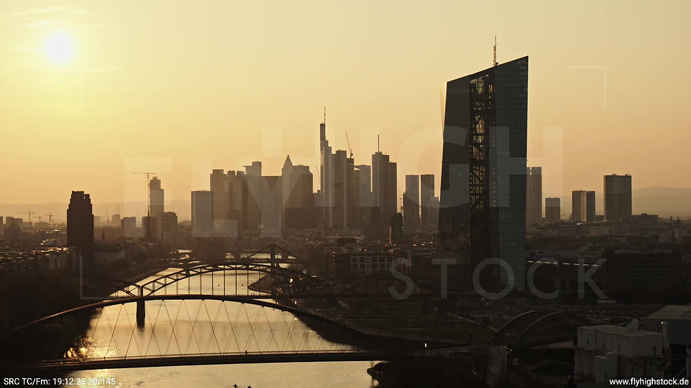 Frankfurt Osthafenbrücke Zuflug Skyline abends