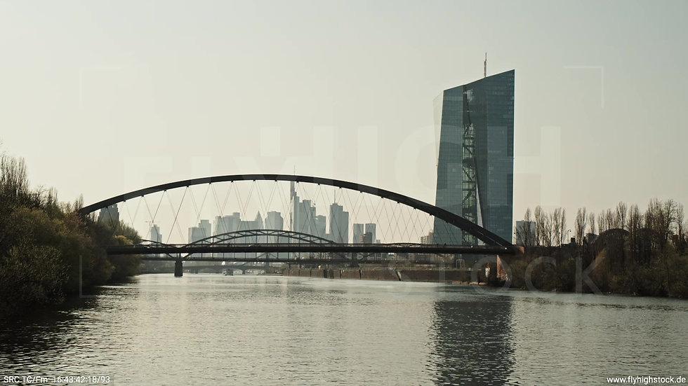 Frankfurt Osthafenbrücke Hub Skyline tagsüber 7