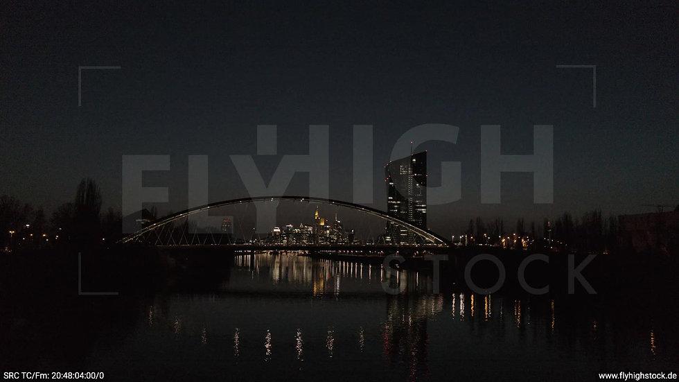 Frankfurt Osthafenbrücke Hub Skyline abends 16