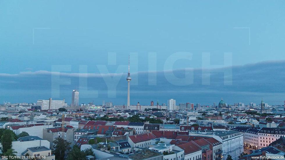Berlin Volkspark am Weinberg Alexanderplatz Skyline tiefer Rückflug abends