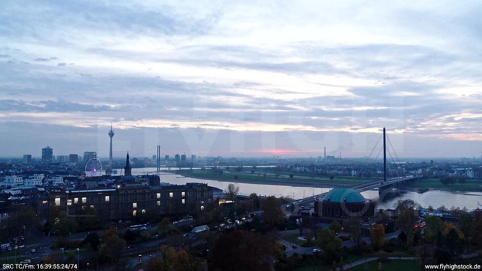 Düsseldorf Hofgarten Rheinturm Skyline tiefer Zuflug abends F009_C006