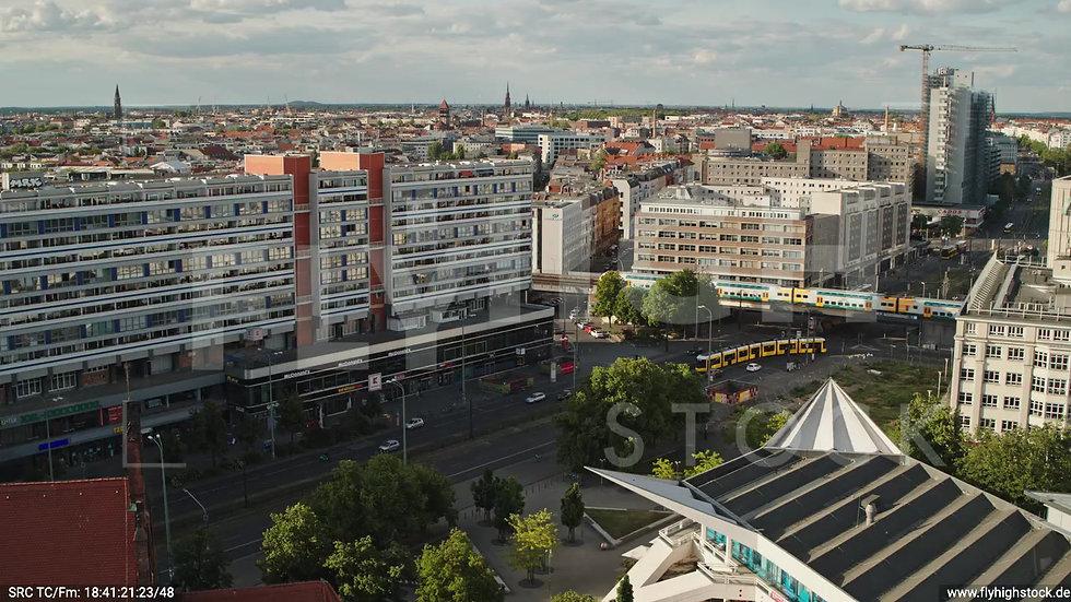 Berlin Neptunbrunnen Straßenbahn Rückflug nach oben abends D041_C007