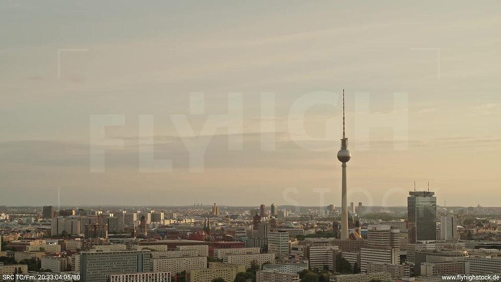 Berlin Volkspark Friedrichshain Alexanderplatz Skyline Parallelflug abends