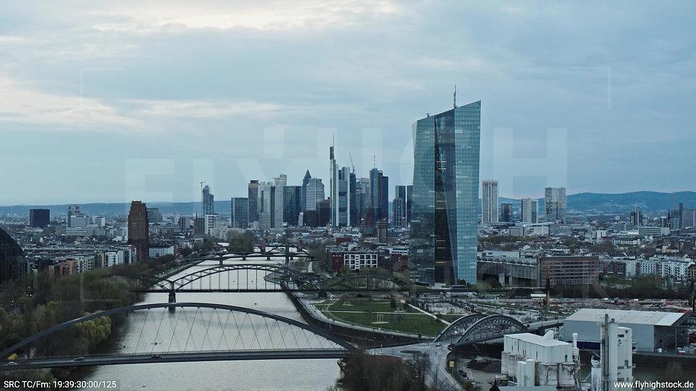 Frankfurt Osthafenbrücke Zuflug Skyline tagsüber 18