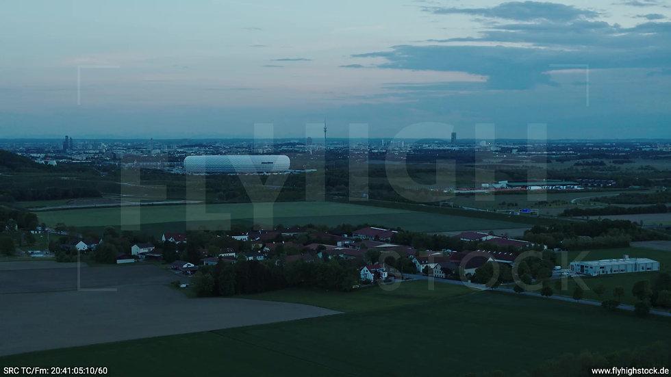 München Allianz Arena Skyline Zuflug abends