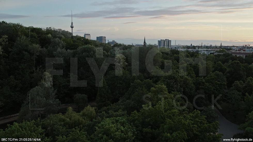 Berlin Volkspark Friedrichshain Alexanderplatz Skyline Zuflug n. o. abends 2