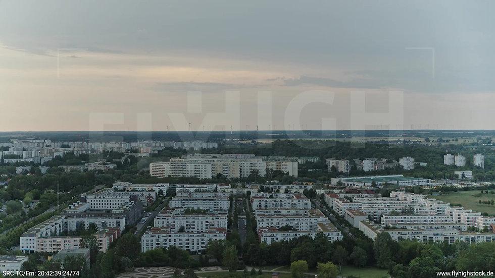 Berlin Marzahn Stadtteil-Shot Zuflug nach unten abends