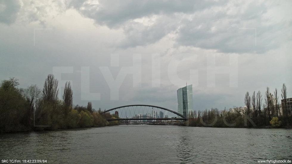 Frankfurt Osthafenbrücke Zuflug nach oben Skyline tagsüber 4