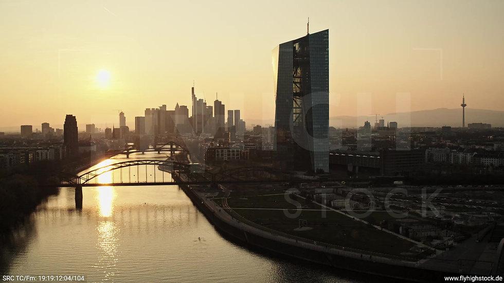 Frankfurt Osthafenbrücke Rückflug Skyline abends 2