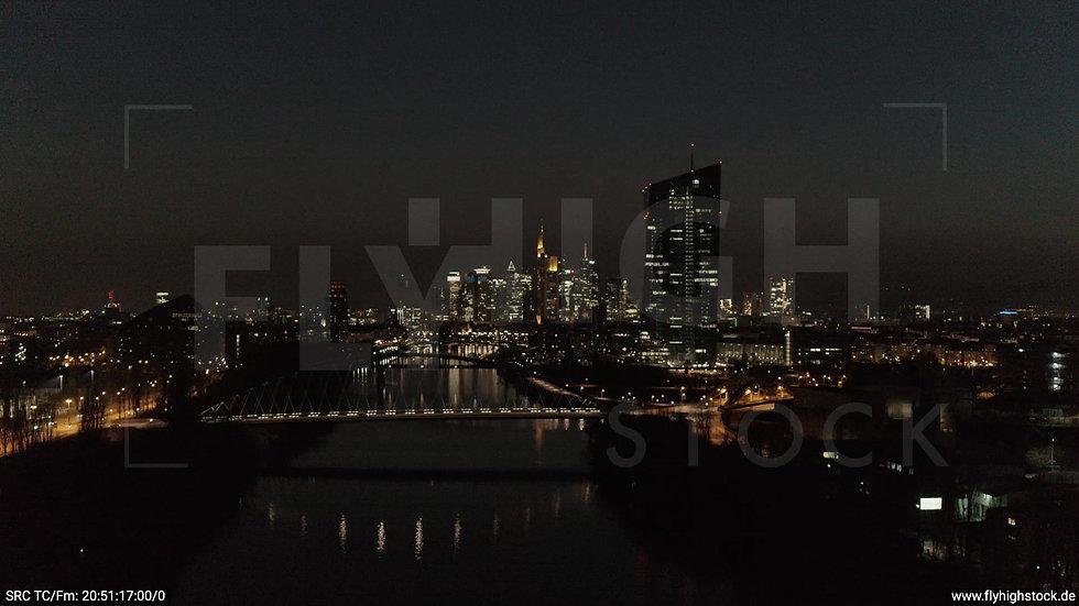 Frankfurt Osthafenbrücke Zuflug Skyline abends 18