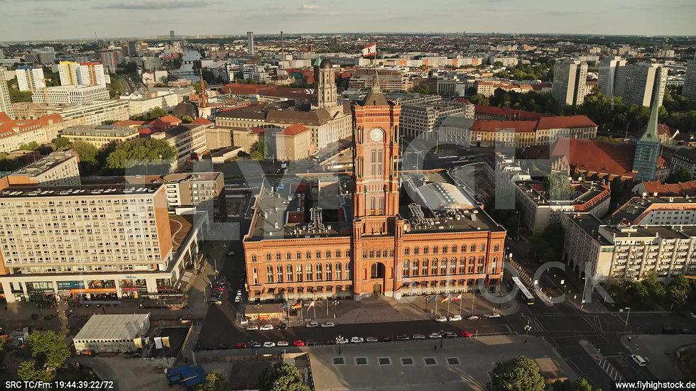 Berlin Neptunbrunnen Rotes Rathaus Zuflug nach unten abends D042_C008