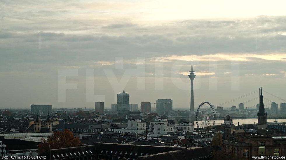 Düsseldorf Hofgarten Rheinturm Skyline Parallelflug abends F008_C019