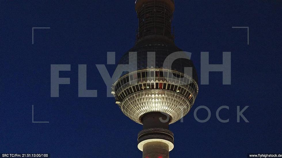 Berlin Neptunbrunnen Fernsehturm Parallelflug abends D043_C014
